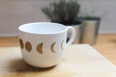 DIY tasse cycle de lune - Moon Cycle Mug DIY Mug Diy, Tableware, Spring, Creative, Sweet Night, Furniture, Objects, Bricolage, Paint