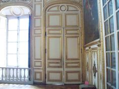 "Louis XVI had installed a mezzanine passage to join his wife's apartments without passing through the anteroom addition to any court.  By this way, he marched immediately to the aid of his wife on the morning of October 6, regardless of danger. The first king's antechamber. ""The door of the room the Eye of Ox was closed, and the antechamber prior to that room was filled with a multitude that wanted to penetrate to kill the royal family"" Madame Campan tells us."