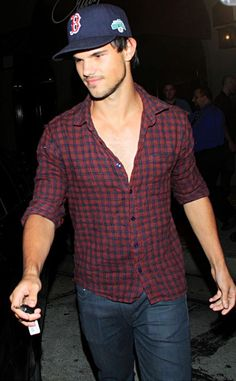 Looking extra good, Taylor Lautner!