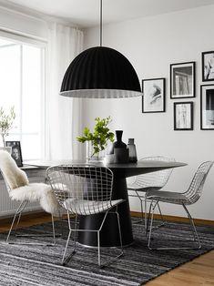 Continuando nossos posts sobre as cadeiras clássicas do design, hoje é a Bertoia quem ganha destaque! Criada nos anos 50 porHarry Bertoia, a peça é feita
