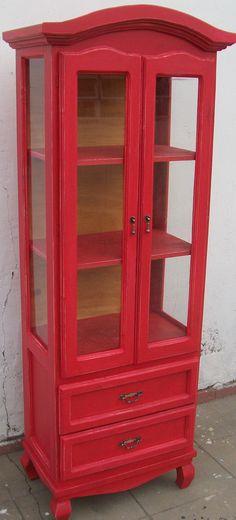 vitrina vajillero estilo provenzal terminacion bermellon degastado. con herrajes estilo antiguo. fondo petiribi.