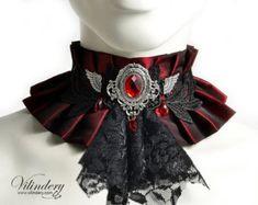 Roten Stoff-Halsband mit schwarzen Jabot und Flügel - Steampunk Victorin Fantasie Kragen, rot Hochzeit Halskette, Winkel Flügel, Vampir-Halskorsett