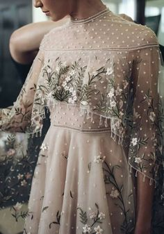 Boldly Boho: Embroidered Wedding dresses with Colourful Florals - Wedding Dress Outfits Dress, Mode Outfits, Dress Up, Prom Dresses, Formal Dresses, Dress Lace, Bridal Outfits, Dress Prom, Sleeve Dress Formal