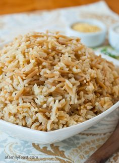 Pilaf - A Family Feast® A simple and really delicious Rice Pilaf recipe - using ingredients you most likely already have in your kitchen!A simple and really delicious Rice Pilaf recipe - using ingredients you most likely already have in your kitchen! Rice Side Dishes, Pasta Dishes, Food Dishes, Pasta Sauces, Greek Recipes, Side Dish Recipes, Dinner Recipes, Arabic Recipes, Arroz Frito