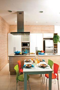 As cadeiras coloridas fazem a diferença nessa cozinha integrada com sala de jantar :D