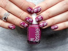 Purple flower nailart published in our Douglas Beauty Community DE and created by: Chris    #douglasbeautycommuity #purple #douglas #nails #essie #nailart