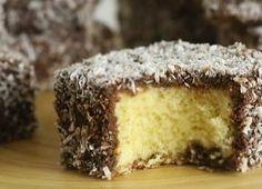Prepare um delicioso bolo Madalena para o fim de semana - Gastronomia - Bonde. O seu portal Food Cakes, Other Recipes, Sweet Recipes, Mini Cakes, Cupcake Cakes, Delicious Desserts, Yummy Food, Portuguese Recipes, Small Cake