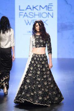 Payal Singhal at Lakmé Fashion Week winter/festive 2016 Fashion Week 2016, Lakme Fashion Week, Indian Attire, Indian Ethnic Wear, Pakistani Outfits, Indian Outfits, Ethnic Fashion, Asian Fashion, Women's Fashion