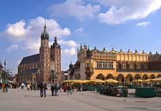 Krakow old town square and St Mary's church! Krakow, Krakow, two direct hits! Places To Travel, Places To See, Visit Poland, Poland Travel, Travel Europe, Old Town Square, Krakow Poland, Free Travel, Best Cities