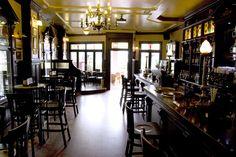 #CobhPub #Sada #Spain Un fantástico lugar donde tomar una copa. Relax, Bar, Table, Social Networks, Furniture, Spain, Home Decor, Breakfast Nook, Walls