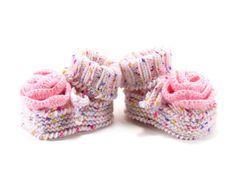 Botitas de bebé con flor del ganchillo zapatos por SasasHandcrafts