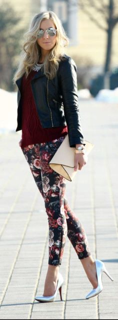 These floral pants aren't bad once they're edged up with a leather jacket! - 2015 Floral Pants For Women - Street Style Trends Mode Chic, Mode Style, Style Blog, Street Style Trends, Street Style Women, Look Fashion, Autumn Fashion, Womens Fashion, Fashion Shoes