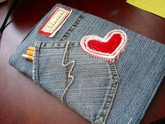 Wie wäre es mit einer selbstgemachten Buchhülle für ein Erinnerungsbuch. Vielleicht ja sogar aus der Kleidung des Verstorbenen. Jeans book cover