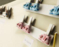 art 19993 mollettina legno cm 3 h. 4.5 con scarpetta rosa-celeste- scatola pz.96 http://www.glesa.it/articoli/19993 #battesimo #bomboniera #regalo #chiudipacco