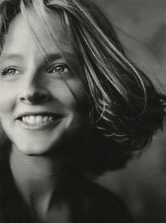 Beautiful luminous portrait of a young Jodie Foster. I wonder who the photographer is… Via: FFN Celebrity Portraits, Celebrity Photos, Famous Women, Famous People, Beautiful People, Most Beautiful, Annie Leibovitz, Actrices Hollywood, Foto Art