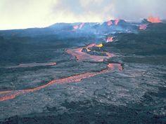 Mauna Loa    Es uno de los volcanes más activos en Hawai y es el más largo de la Tierra en términos de volumen. Se conocen unas 33 erupciones del volcán, siendo la última entre marzo y abril de 1984. El Mauna Loa es intensamente monitoreado por el Observatorio Hawaiano de Volcanes debido al peligro que representa para los pueblos cercanas.