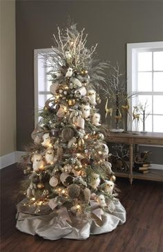 See these beautiful Christmas Tree Color and Decor Schemes! Christmas decor ideas for your home. Have you decided what colors you are going to decorate your Christmas tree this year? Christmas Tree Colour Scheme, Owl Christmas Tree, Woodland Christmas, Beautiful Christmas Trees, Colorful Christmas Tree, Christmas Tree Themes, Noel Christmas, Country Christmas, White Christmas