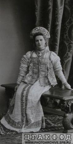 Фрейлина княжна В.А.Долгорукова в костюме боярышни XVII века для исполнения на бале