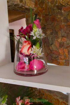 Las flores son ideales para decorar cada rincón de tu boda, ya que no hacer ver recargado el ambiente