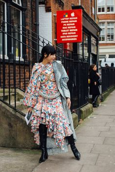 The 168 Best Street Style Looks From Fall 2020 Fashion Month Milan Fashion Week Street Style, Autumn Street Style, Cool Street Fashion, Street Style Looks, London Fashion, Bright Winter Outfits, Clothing Blogs, Trendy Outfits, Autumn Fashion