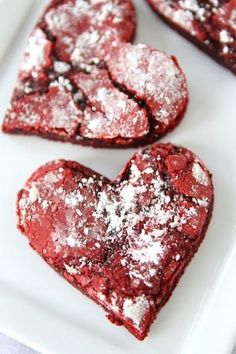 Red Velvet crinkle cookie hearts 1 box red velvet cake mix (I used Duncan Hines) 2 tablespoons all-purpose flour 2 large eggs cup canola oil 1 teaspoon vanilla extract Powdered sugar, for rolling the cookies Heart shaped cookie cutter, optional Red Velvet Crinkles, Red Velvet Crinkle Cookies, Red Velvet Cake Mix, Köstliche Desserts, Delicious Desserts, Dessert Recipes, Yummy Food, Cookbook Recipes, Cupcakes