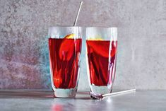 Herfst in een glas: cranberry met kaneel, steranijs en sinaasappel. Zonder alcohol. Proost - Recept - Allerhande Pint Glass, Alcohol, Tableware, Food, Nom Nom, Beverages, Cocktails, Autumn, Halloween