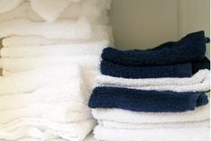 Dampness, humidity and heat are all the ingredients needed for a sour smell to form. The sour smell on towels often is a result of mildew or mold forming on them. Improper laundering can cause towels to have a sour smell after you dry them. Smelly Laundry, Smelly Towels, Towels Smell, Laundry Tips, House Cleaning Tips, Cleaning Hacks, Cleaning Solutions, Spring Cleaning, Diy Mould Removal