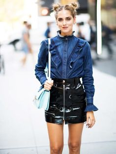 Chiara Ferragni in einem femininen Jeanshemd und Minirock