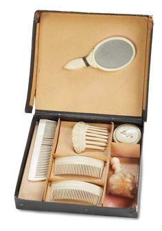 De Kleine Wereld Museum of Lier: 62 Miniature Doll Accessories in Original Box