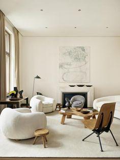 Ein Sofa des französischen Designers Jean Royère. Dazu gehören noch zwei Sessel, ebenfalls eisbärenweiß #warmfamilyroomdesign