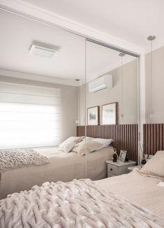 Guarda-Roupas com portas de espelho branco. Perfeito para um quarto com pouco…
