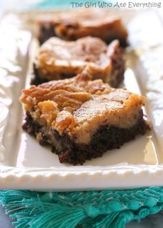 Peanut Butter Chocolate Gooey Butter Cake - a Devil's food crust topped with a peanut butter ooey gooey layer. There are few things more decadent in this world! Val note- these are like chocolate peanut butter brownies. Köstliche Desserts, Delicious Desserts, Yummy Food, Cake Bars, Dessert Bars, Fudge Cake, Gooey Cake, Ooey Gooey Butter Cake, Cake Recipes