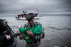 Non c'è solo l'Europa che caccia i rifugiati ma anche quella di anziani che li salvano
