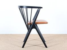 Modèle neuf. Conçu en 1953,le fauteuil N°8 est aujourd'hui rééditée par Ditlev Sibast, petit fils de Helge Sibast et sa femme Anna. Le fauteuil est produit à l'identique dans les ateliers d'origines,  au Danemark. Chaque exemplaire est estampillé et numéroté.