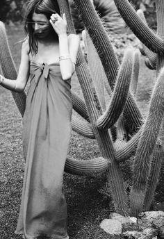 Avec son allure sexy et désinvolte, cette robe longue a tout bon ! (robe Sportmax - blog Maja Wyh)