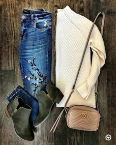 Love the subtle details on jeans and sweater Winter Boots Outfits, Casual Fall Outfits, Cute Outfits, Edgy Outfits, Summer Outfits, Booties Outfit, Grey Booties, Outfits Mujer, Jean Outfits