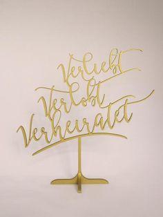 """Frei stehendes Hochzeitsschild """"Verliebt, verlobt, verheiratet"""" in gold oder silber. Auch nach der Hochzeit ein tolles Erinnerungsstück."""