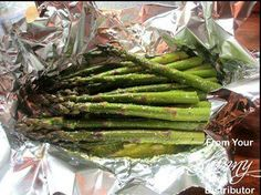 This is delicious! Asparagus Foil Packet for the Grill 1 Bunch Asparagus 2 Tablespoons Olive Oil Juice of half a lemon Ground Garlic Salt and Parsley to taste (or fresh garlic) Place all in a piece of foil and fold up edges & toss to coat Place on gril Foil Packet Dinners, Foil Pack Meals, Foil Dinners, Easy Dinners, Grill Asparagus In Foil, How To Cook Asparagus, Grilled Asparagus Oven, Asparagus On The Bbq, Parmesan Asparagus