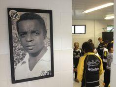Vestiário antes do 1º jogo. Na entrada, foto do Coringa da Vila - sr. Lima, campeão do mundo pelo Santos em 1962. Atualmente é avaliador do Santos FC e acompanhou todos os jogos da competição.