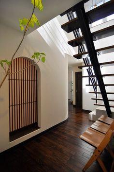 アーチもこの家のモチーフとして多く使われている。この格子戸を開けると中が和室になっている。
