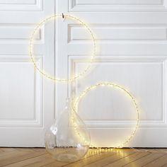 Grand cercle doré en métal lumineuxà led, à disposer au mur ou à poser sur un meuble, il apportera une touche poétique à votre intérieur. Il peut également être installé à l'extérieur. Diamètre : 50 cm. Guirlande de 5 mètres de 50 led, ilfonctionne avec une batterie (incluse). Une belle idée de décoration pour ce cercle lumineux ! Diy Deco Rangement, Led Diy, Wreaths, Mirror, Things To Sell, Home Decor, Studio, Light Garland, Diy Room Decor