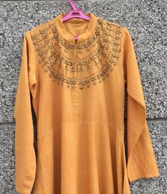 Beautiful embroidery. Kurti Styles, Head Scarf Styles, Silk Suit, Stylish Dresses, Blouse Designs, Fabric Design, Embroidery Designs, Short Dresses, Thread Work