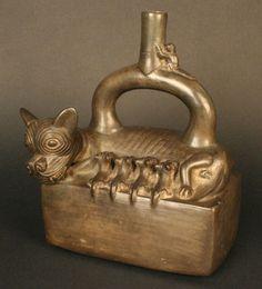 Botella asa estribo que muestra a una perra amamantando a sus cachorros ♥, 1100 - 1470 Cultura Chimú