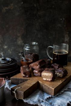 Blend of crunchy nuts, caramel and chocolate Photo/styling: Line Dammen Chocolate Photos, Tahini, Oslo, Cart, Caramel, Treats, Snacks, Covered Wagon, Sticky Toffee