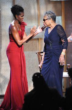First Lady Michelle Obama & Maya Angelou! They're both such beautiful, confident, and inspirational women! Michelle Obama Fashion, Michelle And Barack Obama, Malia Obama, Joe Biden, Durham, Beautiful Black Women, Beautiful People, Divas, Presidente Obama