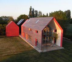 """La """"Sliding House a été conçue par dRMM Architecture . Elle ressemble à une simple grange, mais ces murs et ce toit en bois sont en fait un..."""