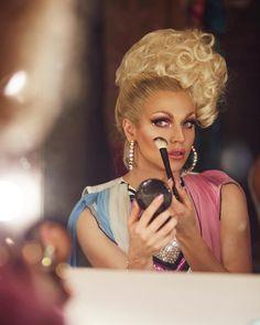 Courtney Act (drag queen) avec un chignon bouclée se remettant de la poudre Courtney Act, Best Drag Queens, Trinity Taylor, Mascara, Farrah Moan, Violet Chachki, Adore Delano, Queen Aesthetic, Transgender People