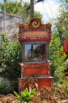 Old fortune reading machine left to rust.