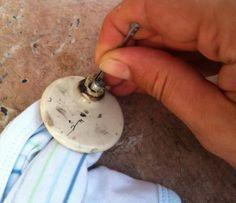 5 - Avec une pince à épiler ou un aiguille, retirez le petit cilindre métallique qui maintient l'aiguille.