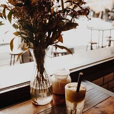Apple juice and people watching at @yourstrulycafe 🍏